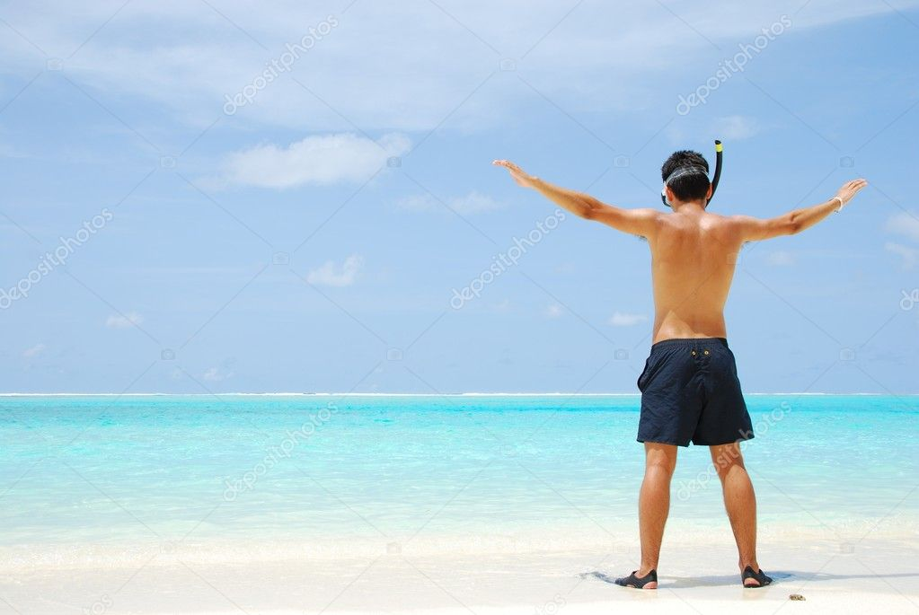 Man getting ready to go snorkeling in a tropical island — Stock Photo #1299850