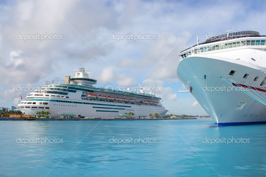 Cruise ships in the clear blue Caribbean ocean docked in the port of Nassau, Bahamas — Foto de Stock   #1229462