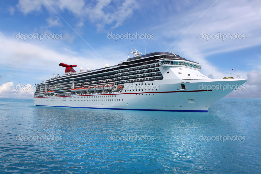 Cruise ship in the clear blue Caribbean ocean — Stock Photo #1971282
