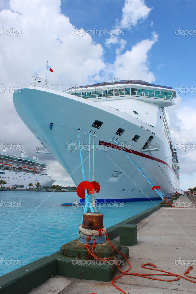 Cruise ships in the clear blue Caribbean ocean docked in the port of Nassau, Bahamas — Stock Photo #1971519