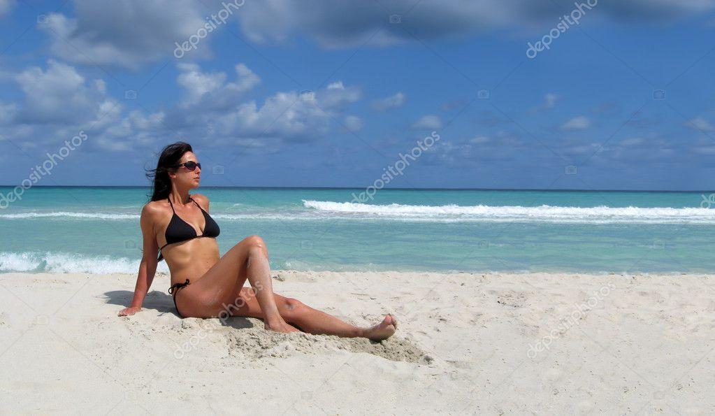 Mujer De La Playa Del Bronceado Atractivo De Tomar El