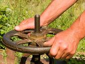 De homem mãos, roda de ferramenta — Foto Stock