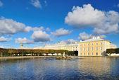 Peterhof. de oost-vierkante vijver — Stockfoto