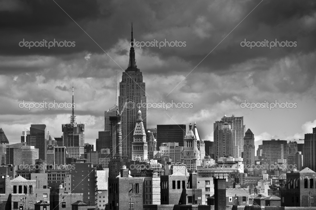 Black and White View of New York City from the Brooklyn Bridge — 图库照片 #2523758