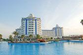 Zwembad bij hotel, antalya, Turkije — Stockfoto