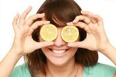 Mujer con limón — Foto de Stock