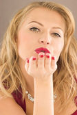 Beauty woman to throw a kiss — Stock Photo