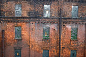 Kırmızı tuğla duvar mozaiği windows ile — Stok fotoğraf