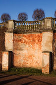 Gamla putsade väggen med en ledstång — Stockfoto