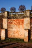 Vieja pared enlucida con una barandilla — Foto de Stock