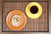Sweet bun and tea cup — Zdjęcie stockowe