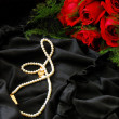 Foto Stock: Valentine red roses and pearl necklace