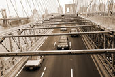 Traffic moving under Brooklyn bridge New York se — Stock Photo