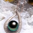 Jewelry with the black pearl and diamond — 图库照片