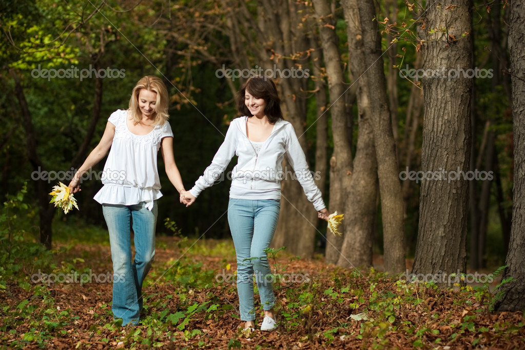 Autumn outdoor portrait of mother and daughter — Stock Photo #1319403