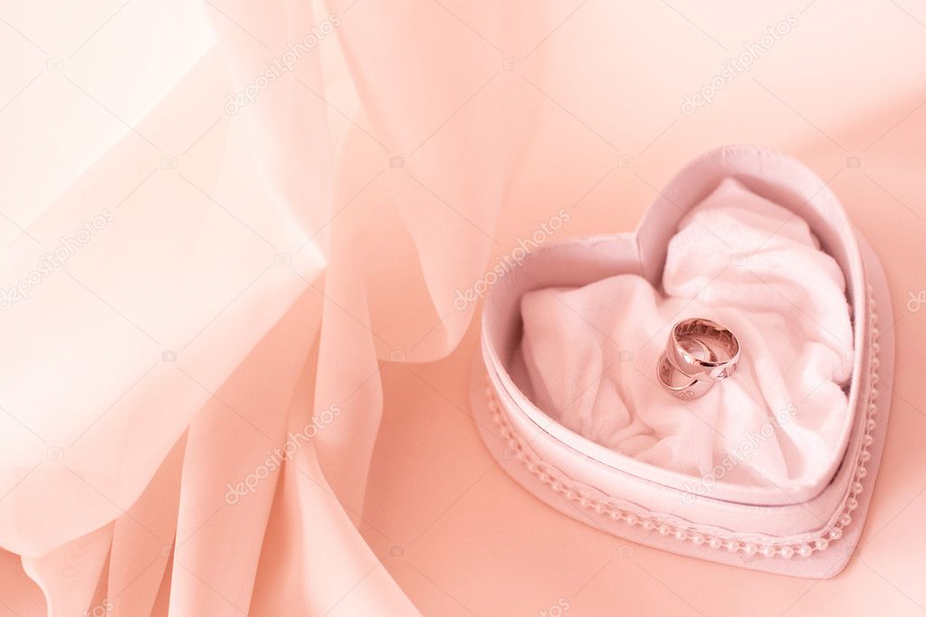Two wedding ring in the heart shaped box in pink tones — Stock Photo #2078829