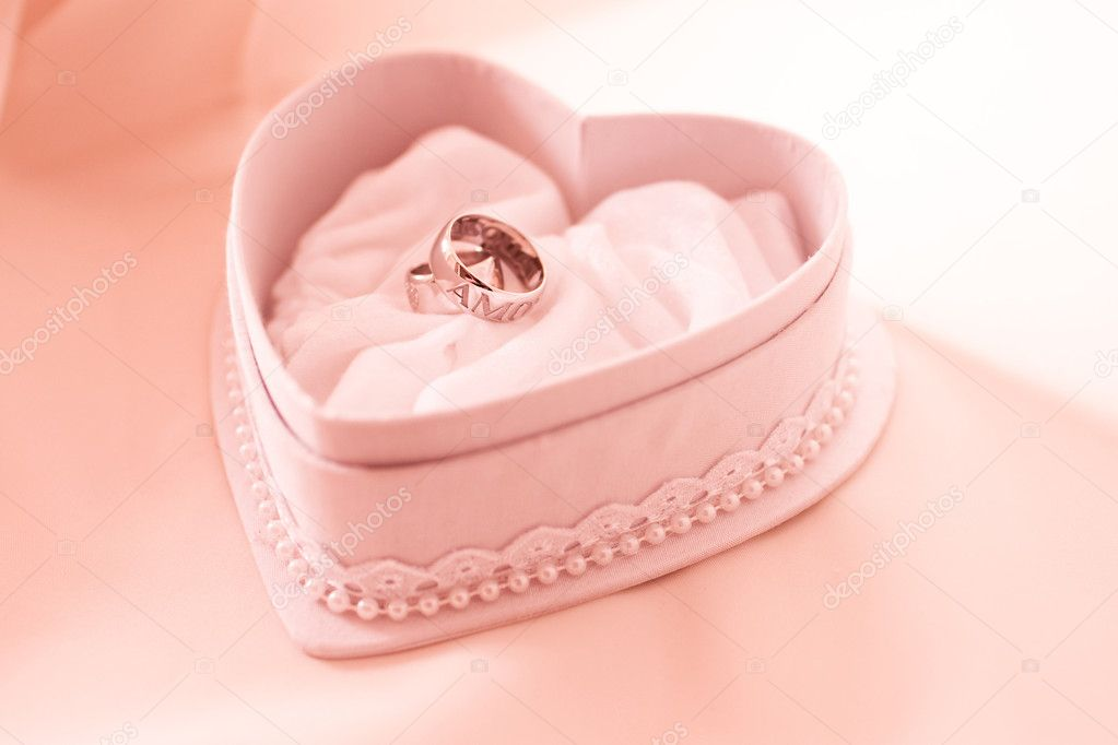 Two wedding ring in the heart shaped box in pink tones — Stock Photo #2079091