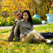 Young couple in the park — Stockfoto