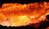 Quema de brasas calientes de un fuego de leña — Foto de Stock