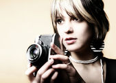 Junge frau mit einem retro-kamera — Stockfoto