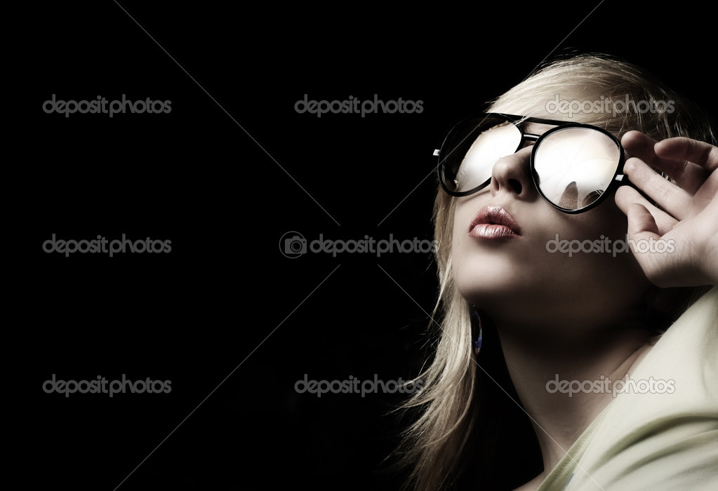 Blond fashion woman portrait wearing sunglasses — Stock Photo #2201767