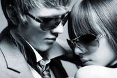 Young couple wearing sunglasses — Fotografia Stock