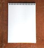Cuaderno blanco sobre fondo marrón — Foto de Stock