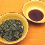 Pumpkin seeds and pumpkin oil — Stock Photo
