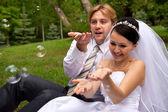 Recién casado con pompas de jabón — Foto de Stock