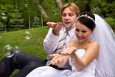 Sposi con bolle di sapone — Foto Stock