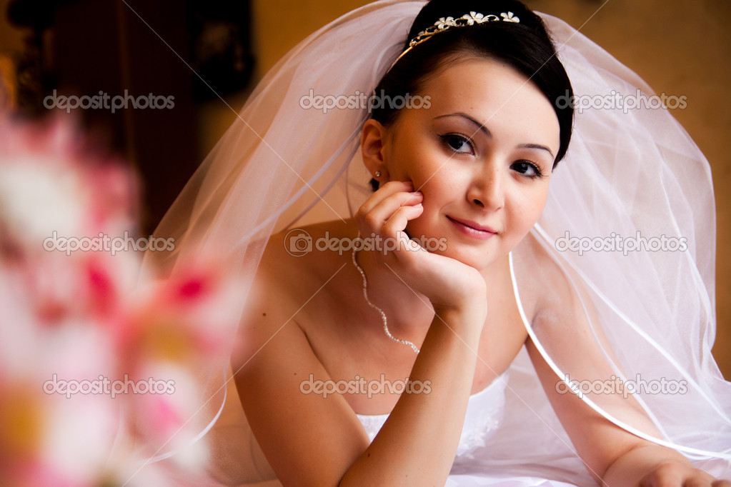 Portret of bride lying on the bed — Stock Photo #1293121