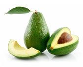 Mogen avokado med grönt blad isolerad på — Stockfoto