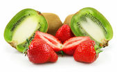 Ripe Sliced Kiwi and Strawberries Isolat — Stock Photo