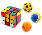 Tre färgade bollar och kub — Stockfoto