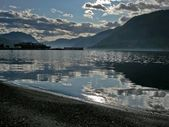 Coastline lake Teletskoe and dark. — Stock Photo