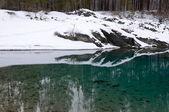 Rocky coast of nonfreezing blue lake — Stock Photo