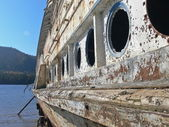 Boat obsolete on lake — Stock Photo