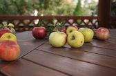Appels op de tafel — Stockfoto