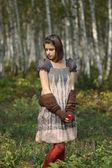 Girl in het najaar forest — Stockfoto