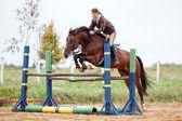 Saut d'obstacles - jeune fille et cheval — Photo