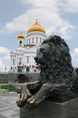 A sculpture of a lion and a Temple — Stock Photo