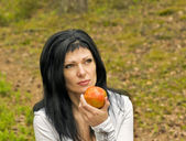 Girl eats ripe apple — Stock Photo
