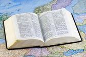 Ouvrir la bible sur la carte — Photo