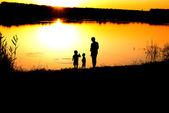 Siluetas de los padre e hijos — Foto de Stock