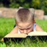 dziecko czyta książki — Zdjęcie stockowe
