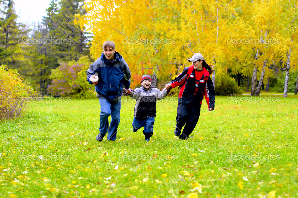 Happy teenagers runing in the autumn park — Stock Photo #1945708