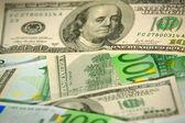 Högen av hundra euro och dollar sedel — Stockfoto