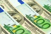 Kilkaset banknotów euro i dolara — Zdjęcie stockowe