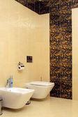 Luxe badkamer met toilet wastafel en bod — Stockfoto