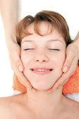 Mãos massageando o rosto feminino no spa — Foto Stock